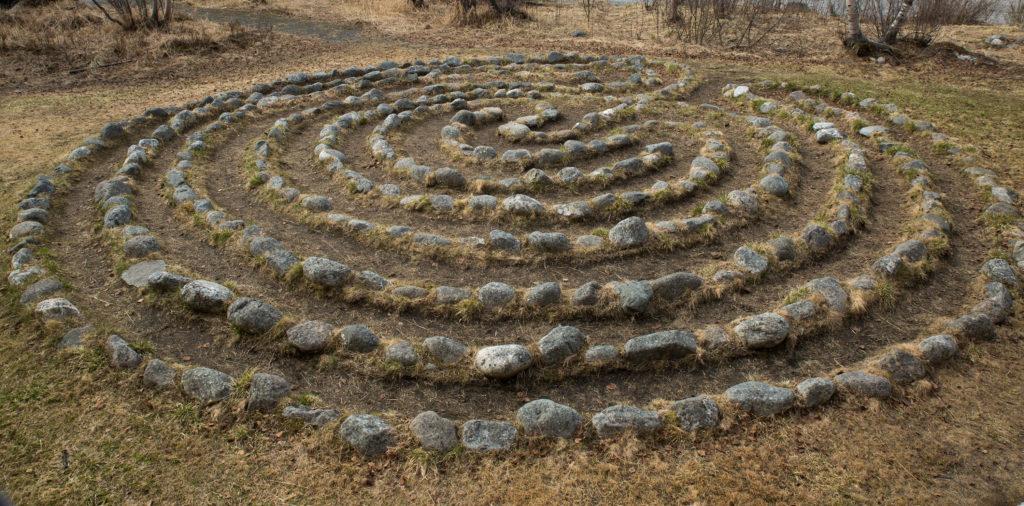 Labyrint utenfor Grenselandmuseet våren 2019. Labyrinten er en kopi av labyrinten på Holmengrå, en halvøy på østsiden av Bøkfjorden ved Kirkenes.